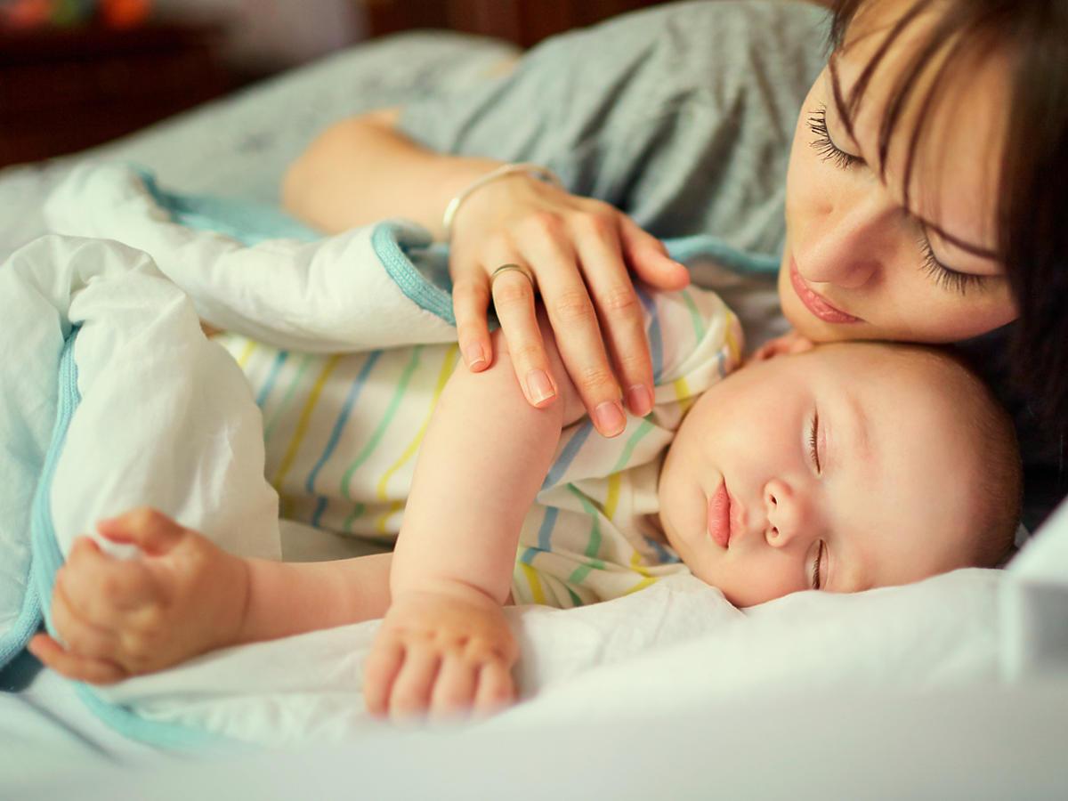 Kobieta usypia niemowlaka