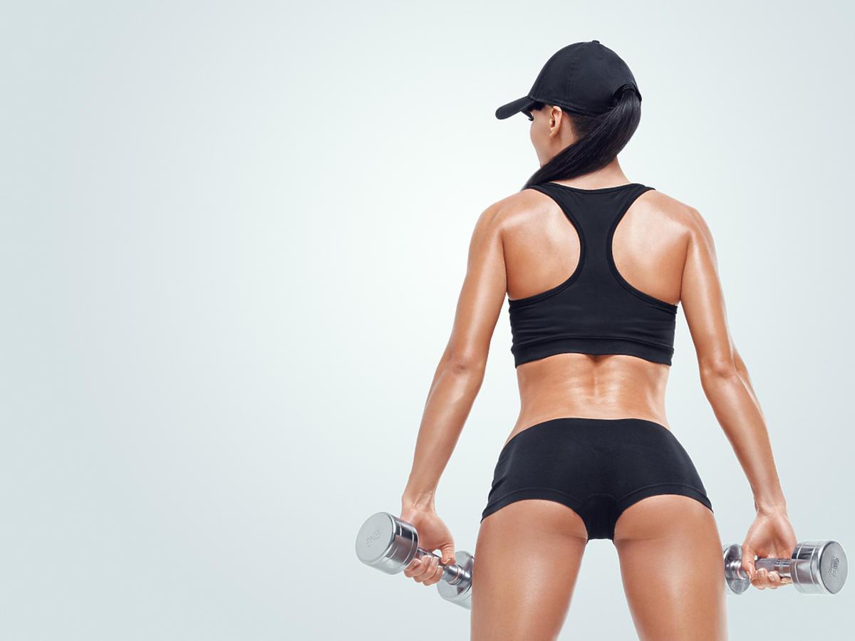 Kobieta w bieliźnie sportowej ćwiczy.