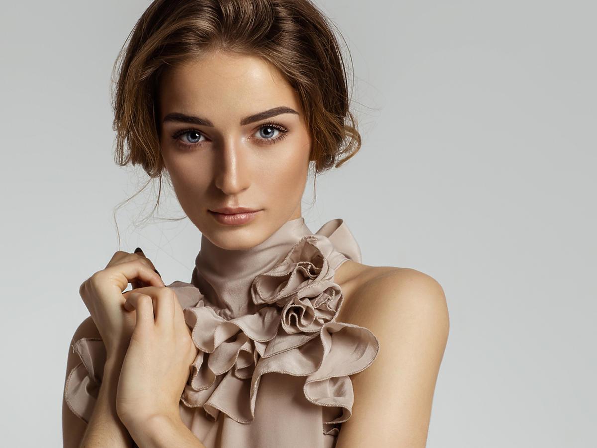 kobieta w bluzce z falbankami