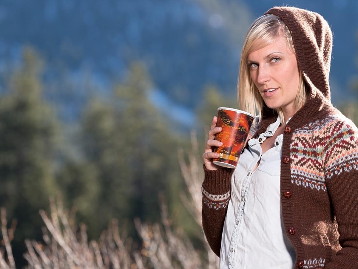 kobieta w brązowym swetrze