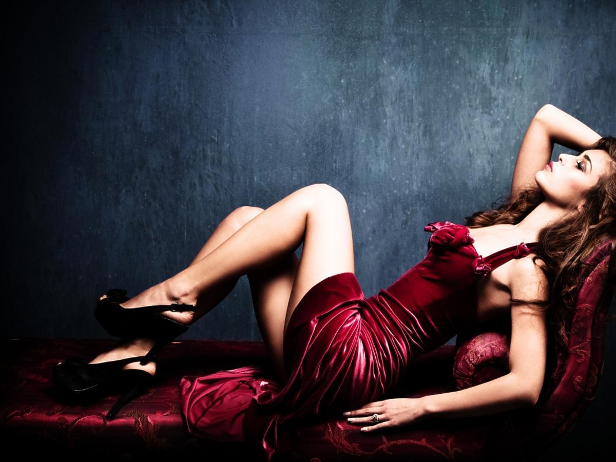Kobieta w burgundowej sukience