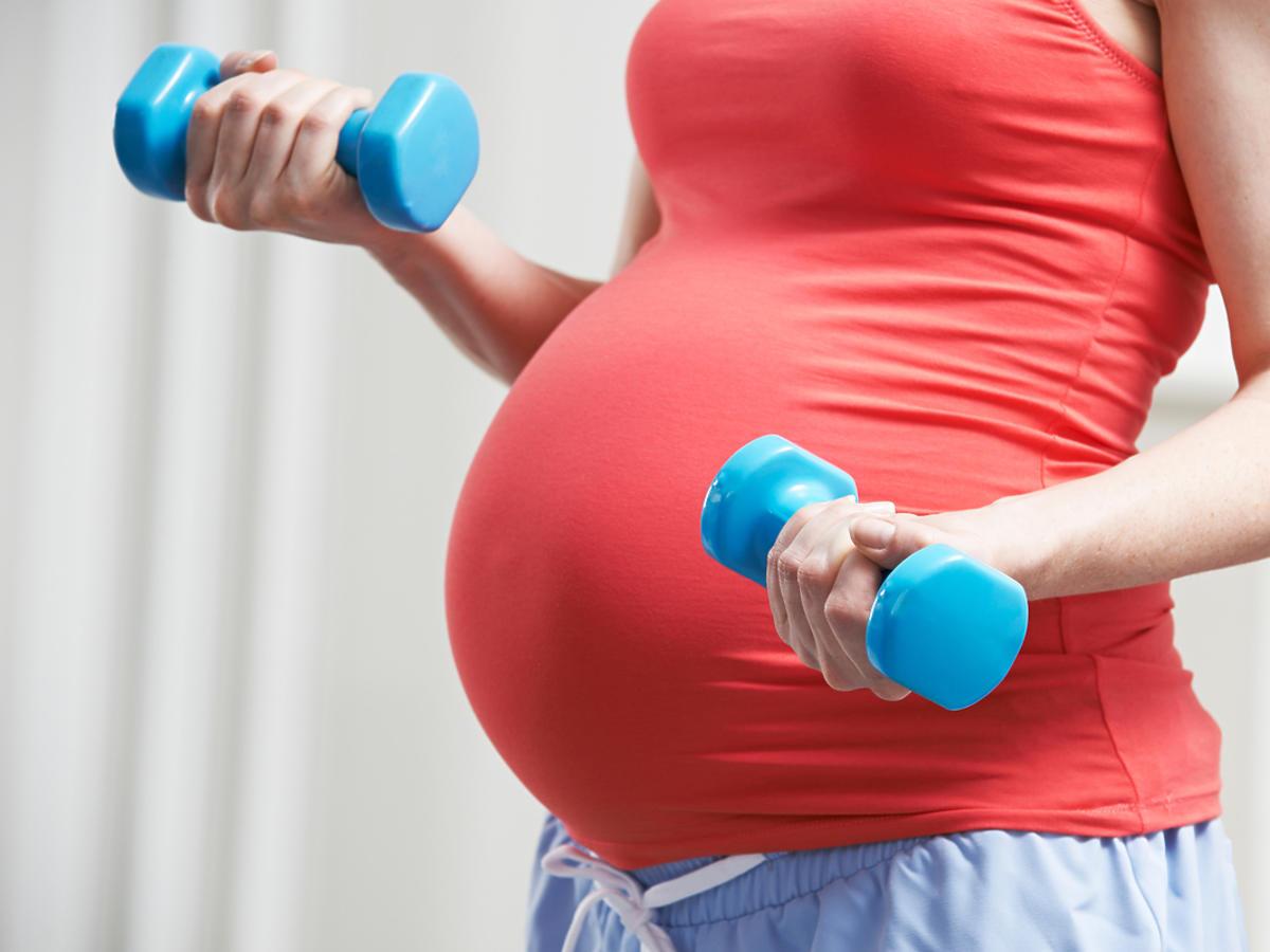 kobieta w ciąży podczas ćwiczeń