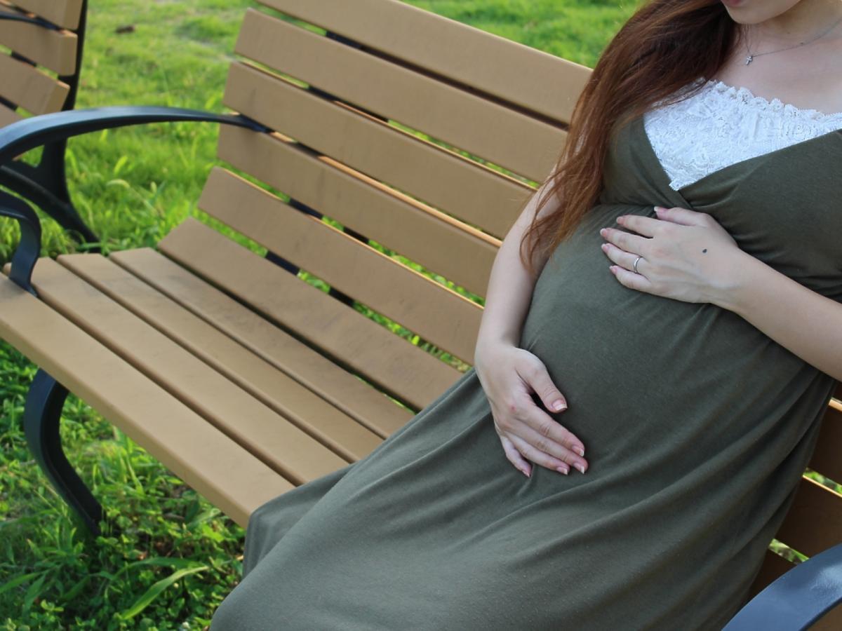 kobieta w ciąży siedząca na ławce