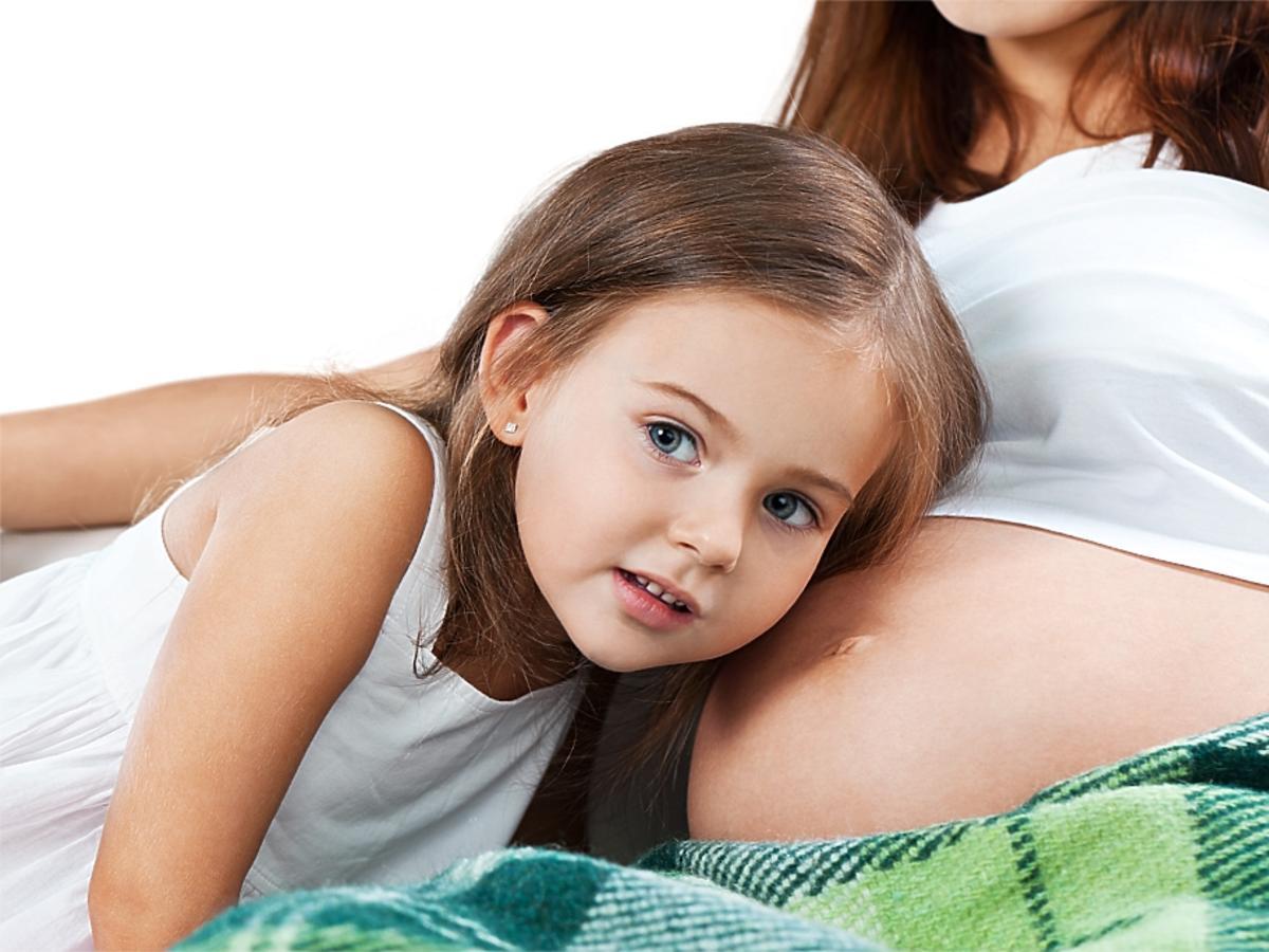 kobieta w ciąży z córeczką