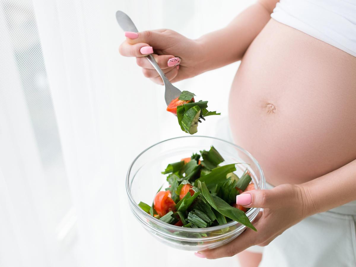kobieta w ciąży z ziołami