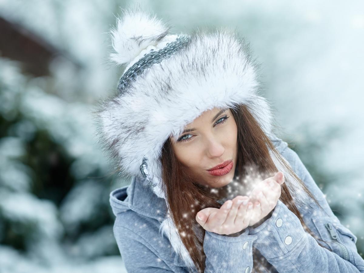 Kobieta w ciepłej, zimowej czapce.