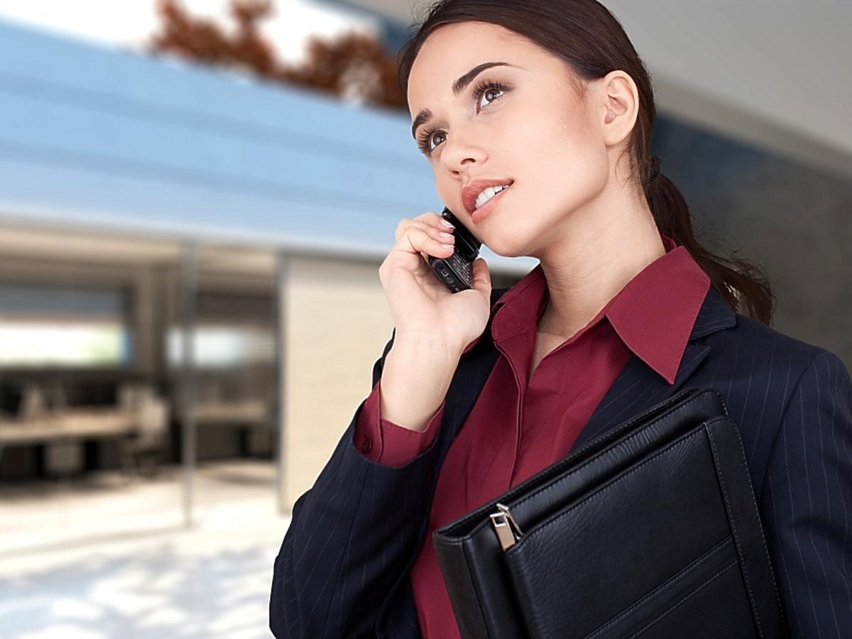 kobieta w czarnej marynarce rozmawia przez telefon