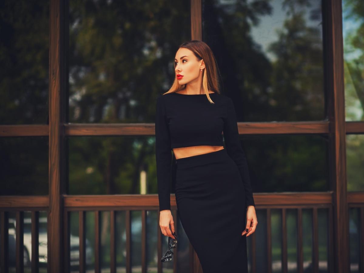 kobieta w czarnej spódnicy ołówkowej