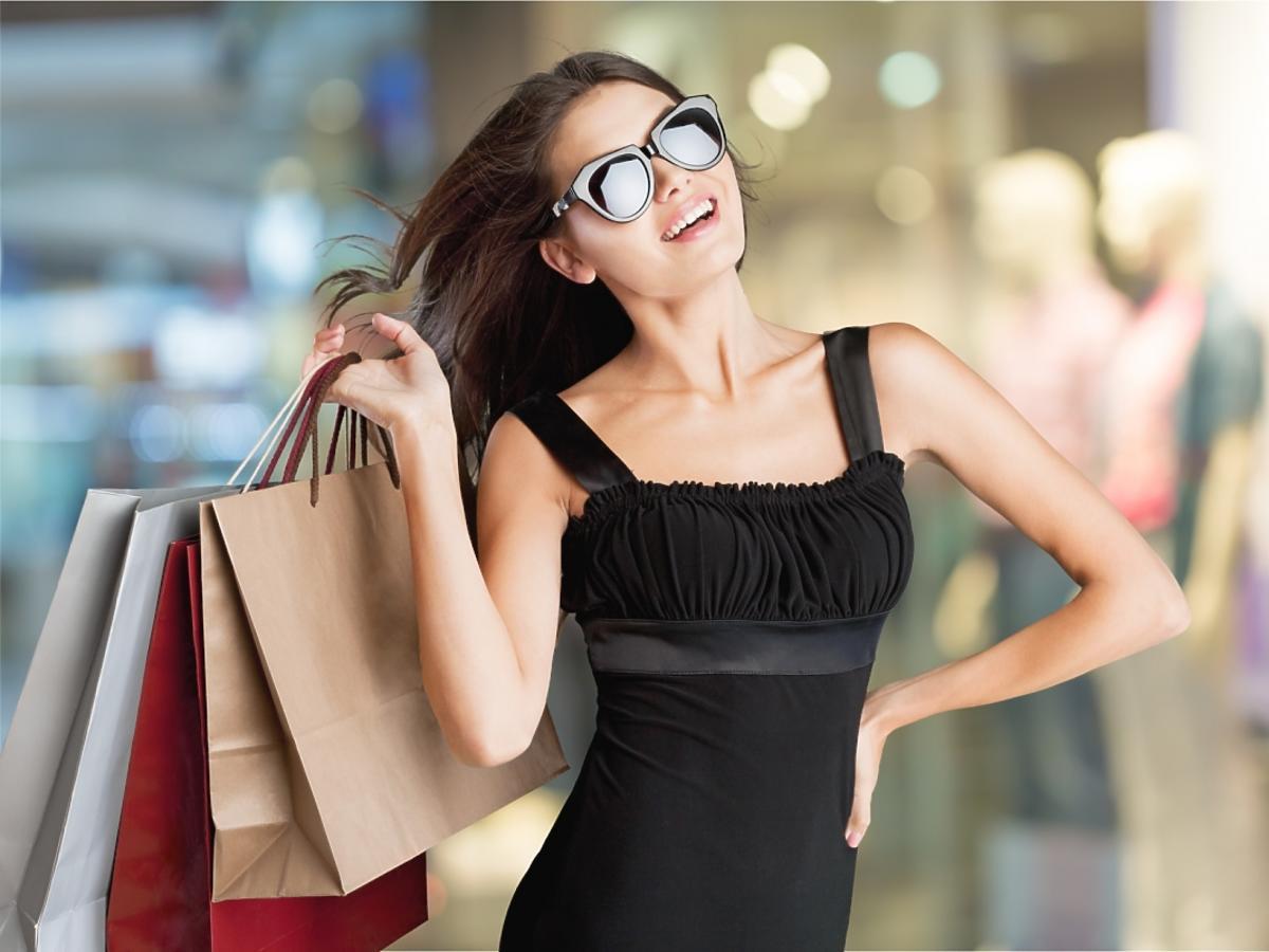 Kobieta w czarnej sukience na zakupach