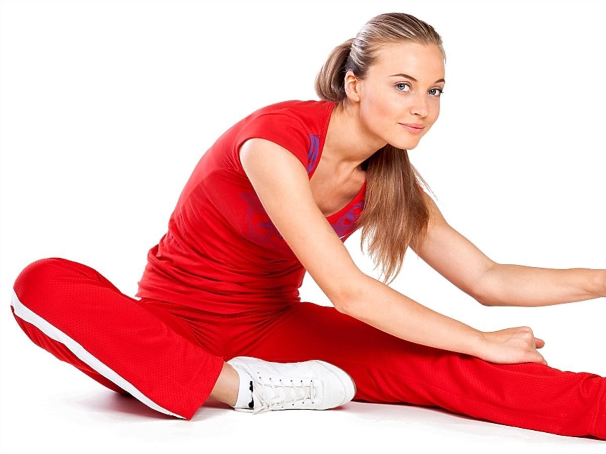 kobieta w czerwonym stroju sportowym