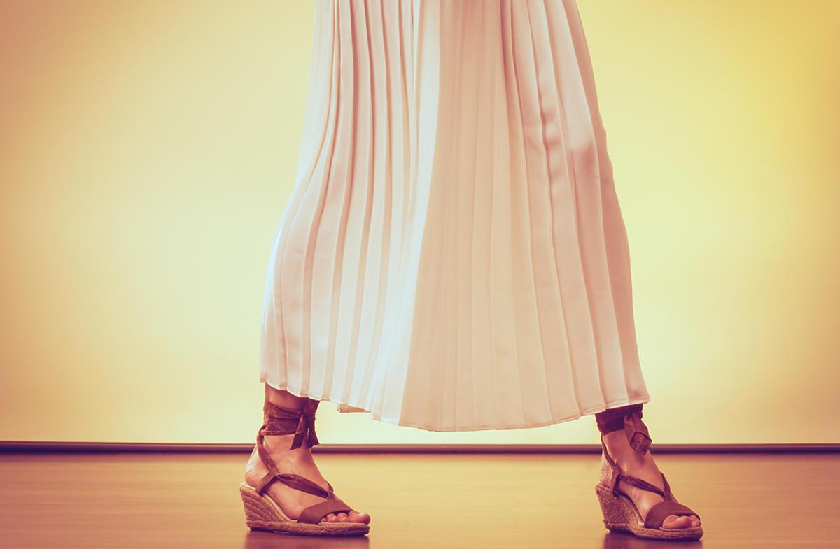 kobieta w długiej letniej spódnicy