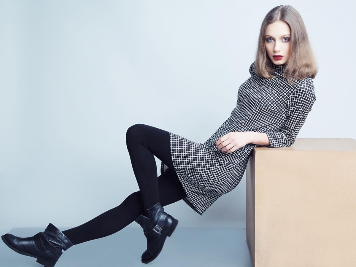Kobieta w eleganckiej sukience przed kolano
