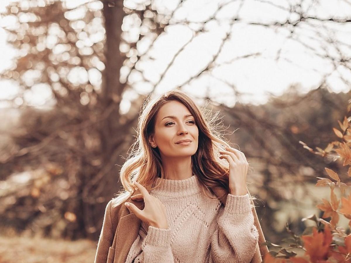 Kobieta w jesiennym parku