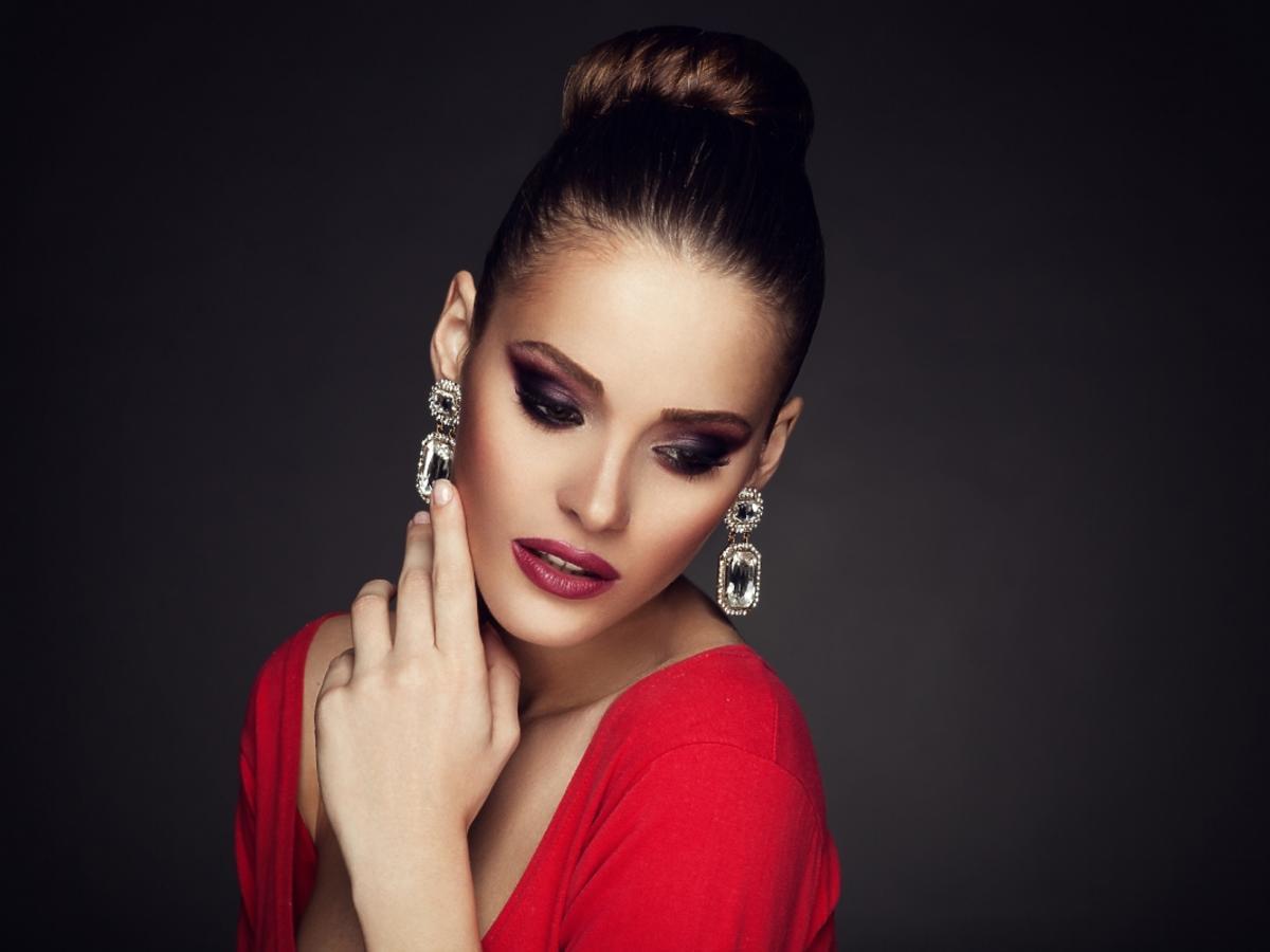 Kobieta w makijażu z długimi kolczykami