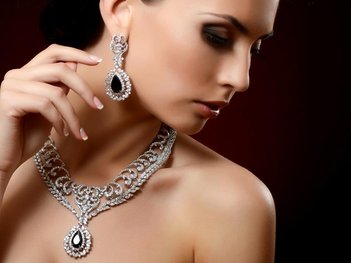Kobieta w masywnym, srebrnym naszyjniku