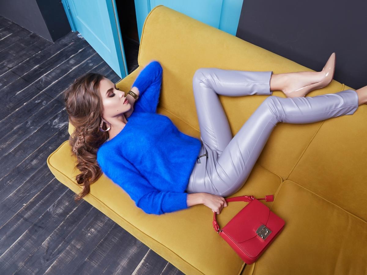Leżąca kobieta w niebieskiej bluzce z rękawami