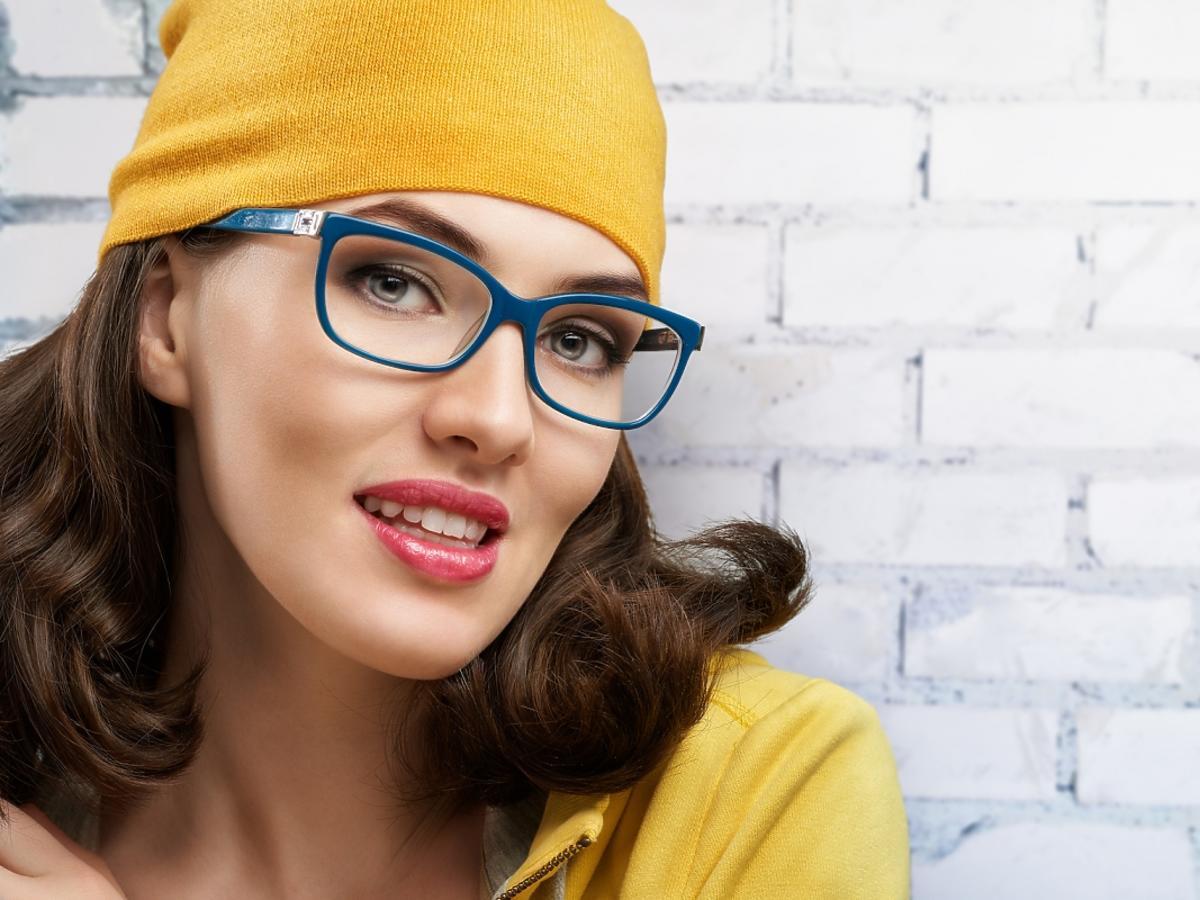 kobieta w okularach progresywnych