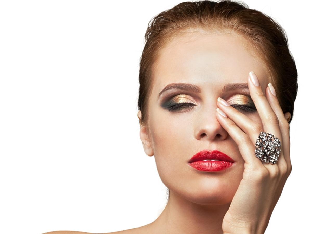 Kobieta w pełnym makijażu