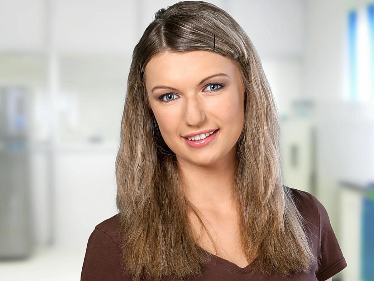 Kobieta w półdługich włosach