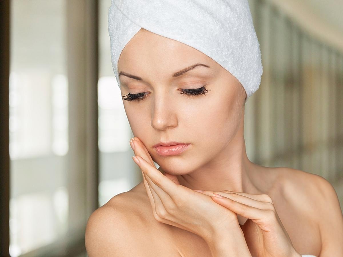 Kobieta w ręczniku na głowie.