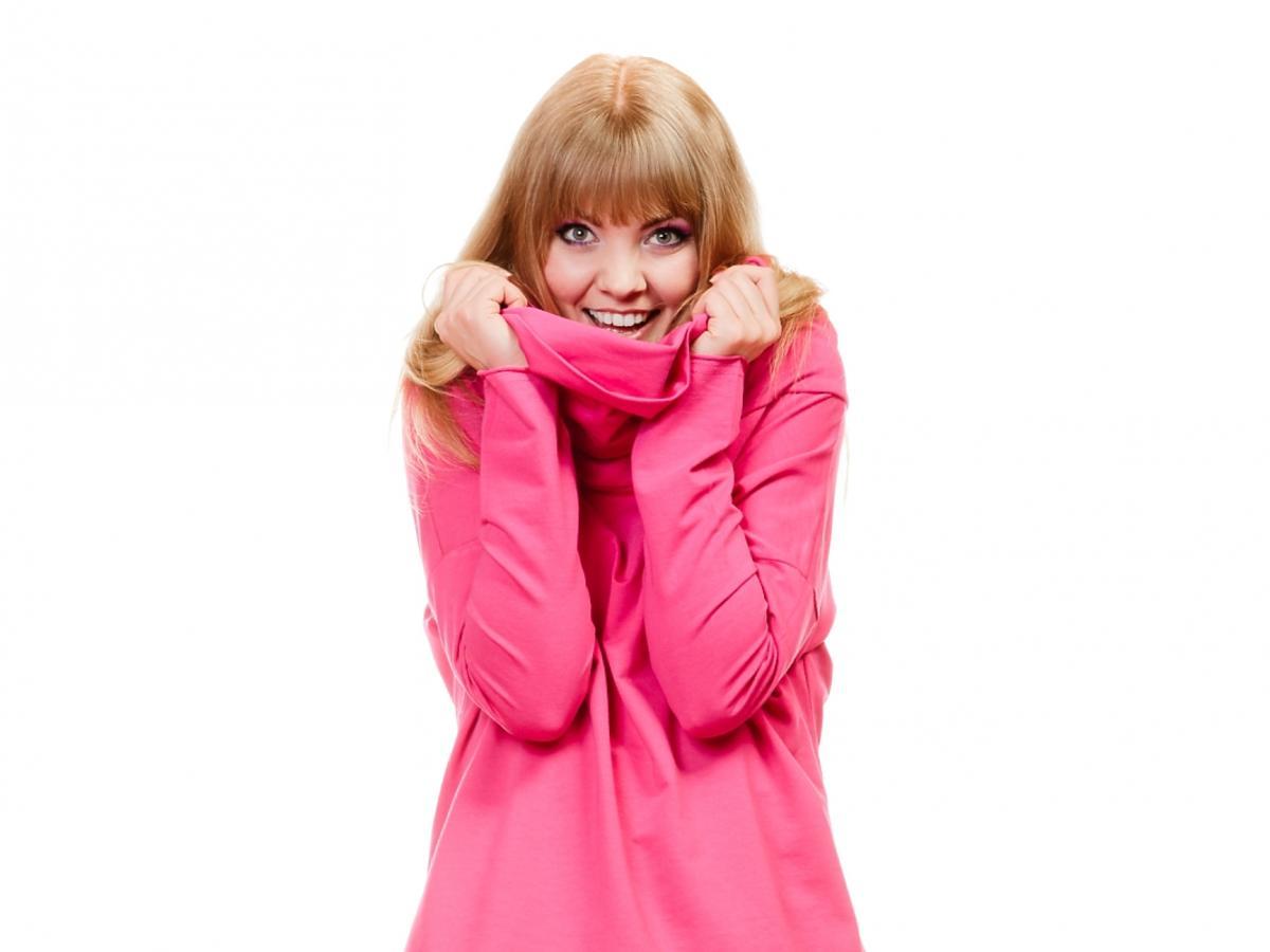 Kobieta w różowym stroju