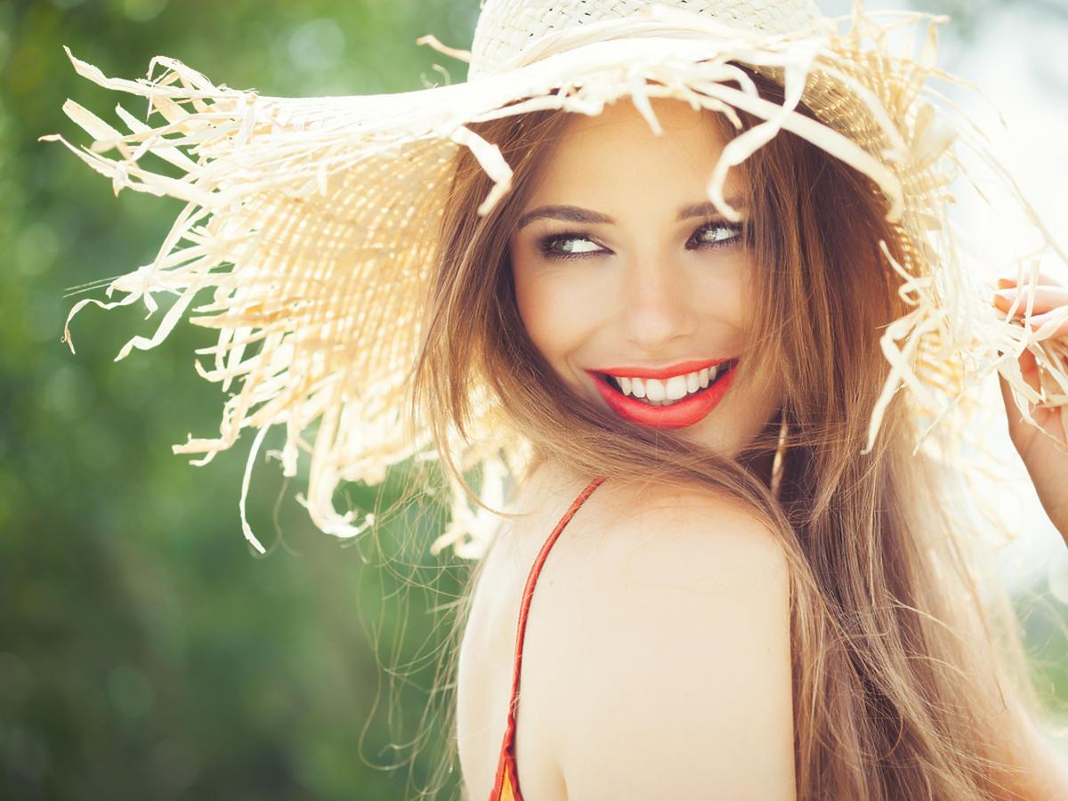 Kobieta w słomkowym kapeluszu