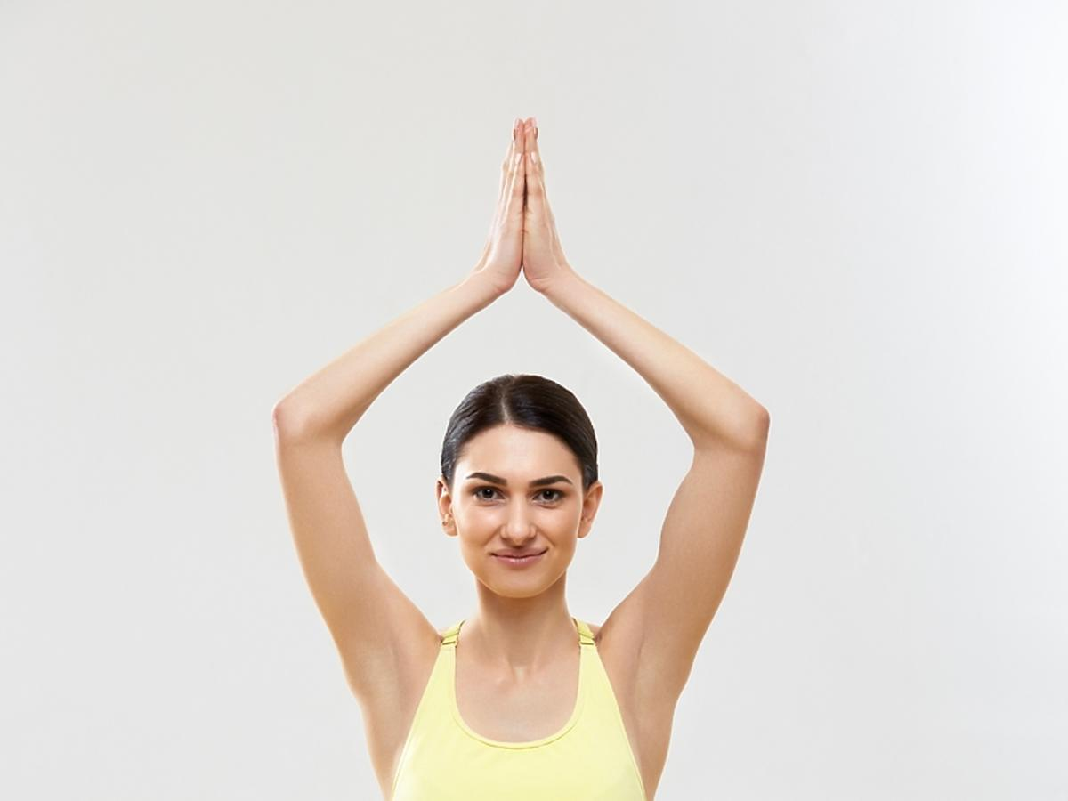 kobieta w sportowym stroju ćwicząca jogę