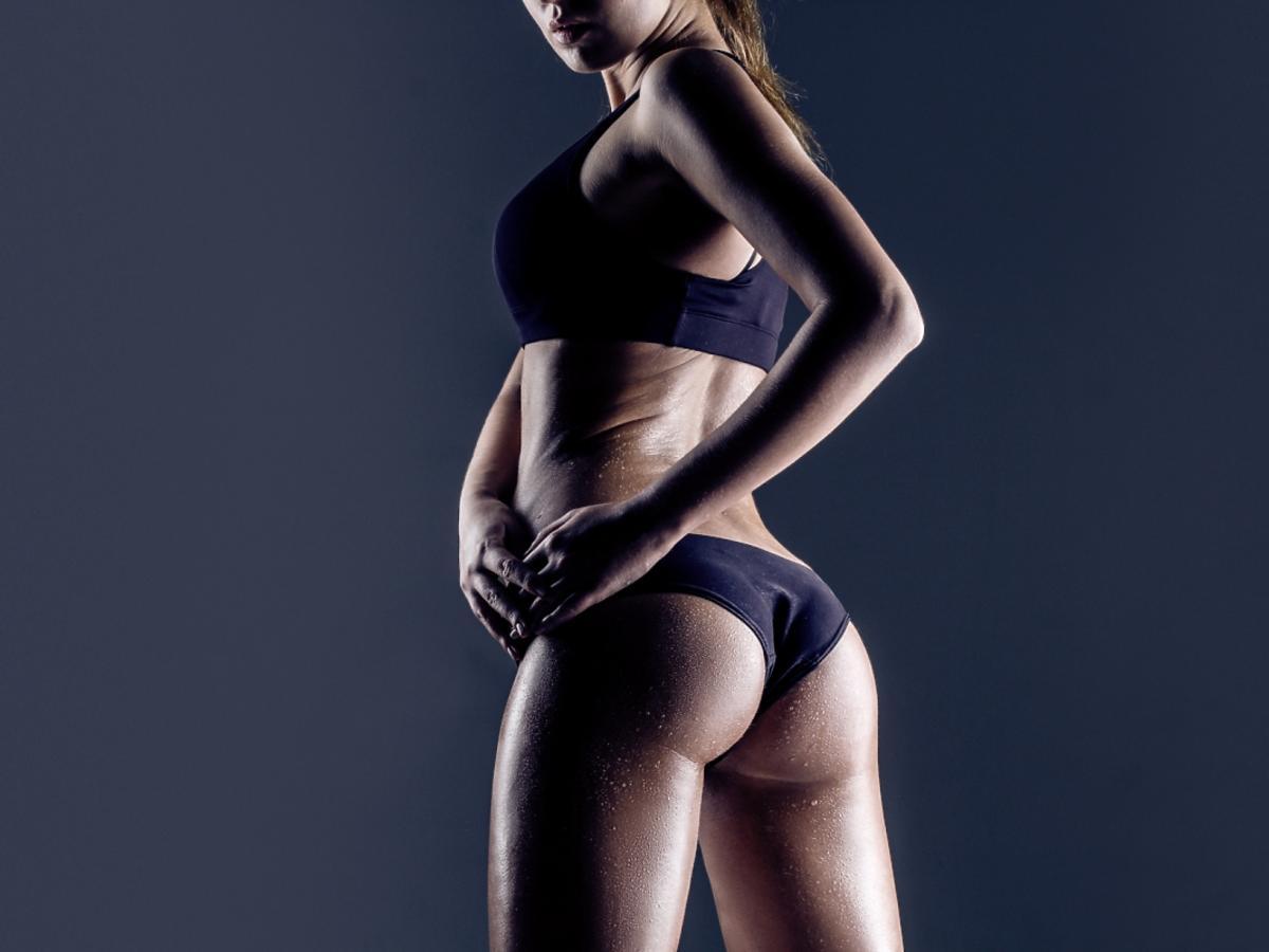 kobieta w stroju fitness stoi odwrócona tyłem