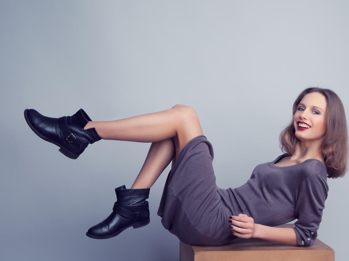 kobieta w sukience i butach
