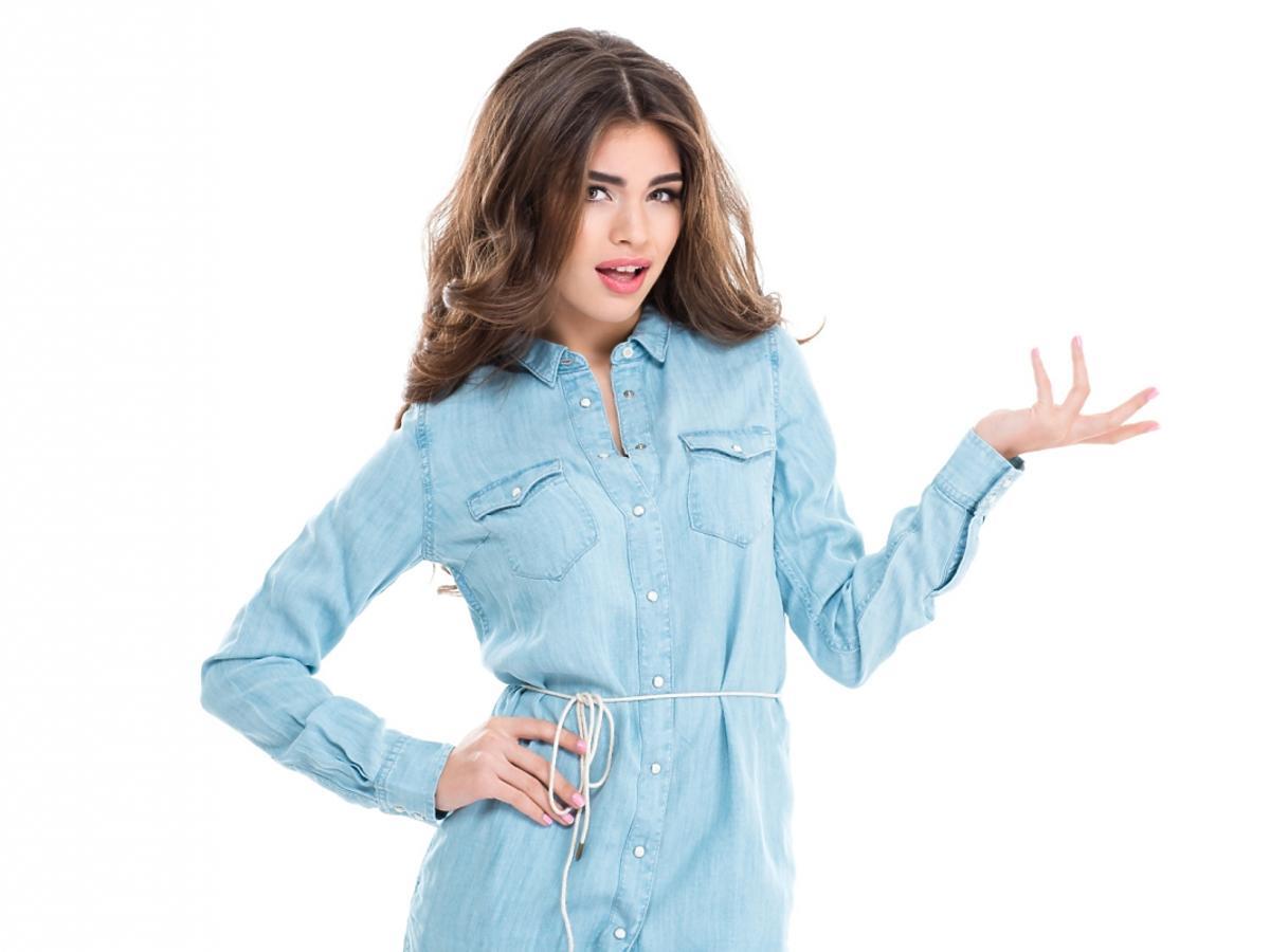 Kobieta w sukience koszulowej