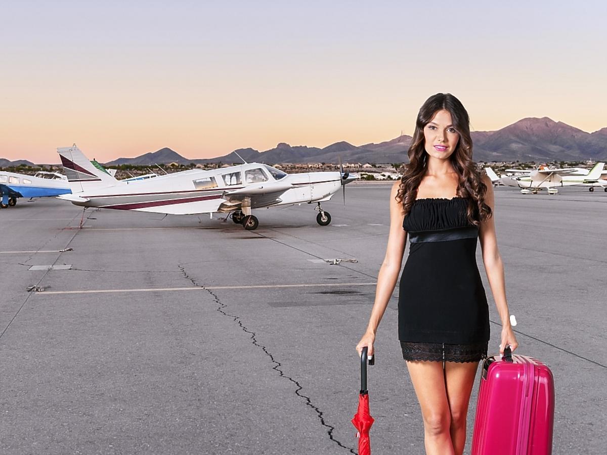 kobieta w sukience na lotnisku