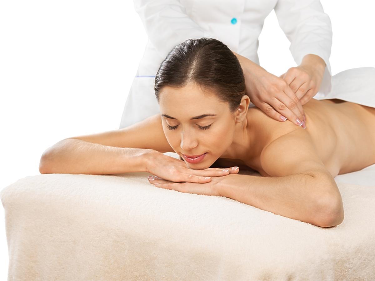Kobieta w trakcie masażu.