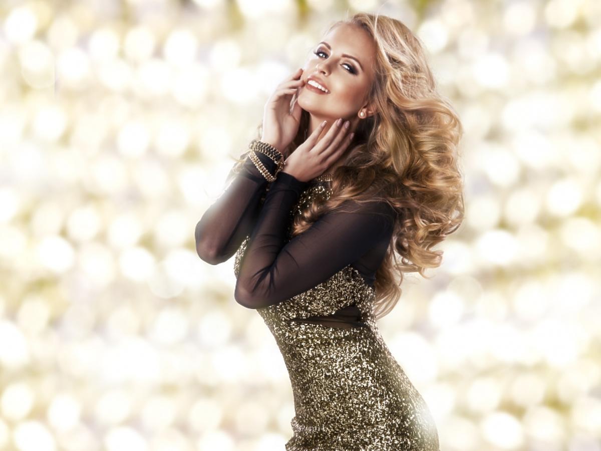 kobieta w złotej sukience z cekinami