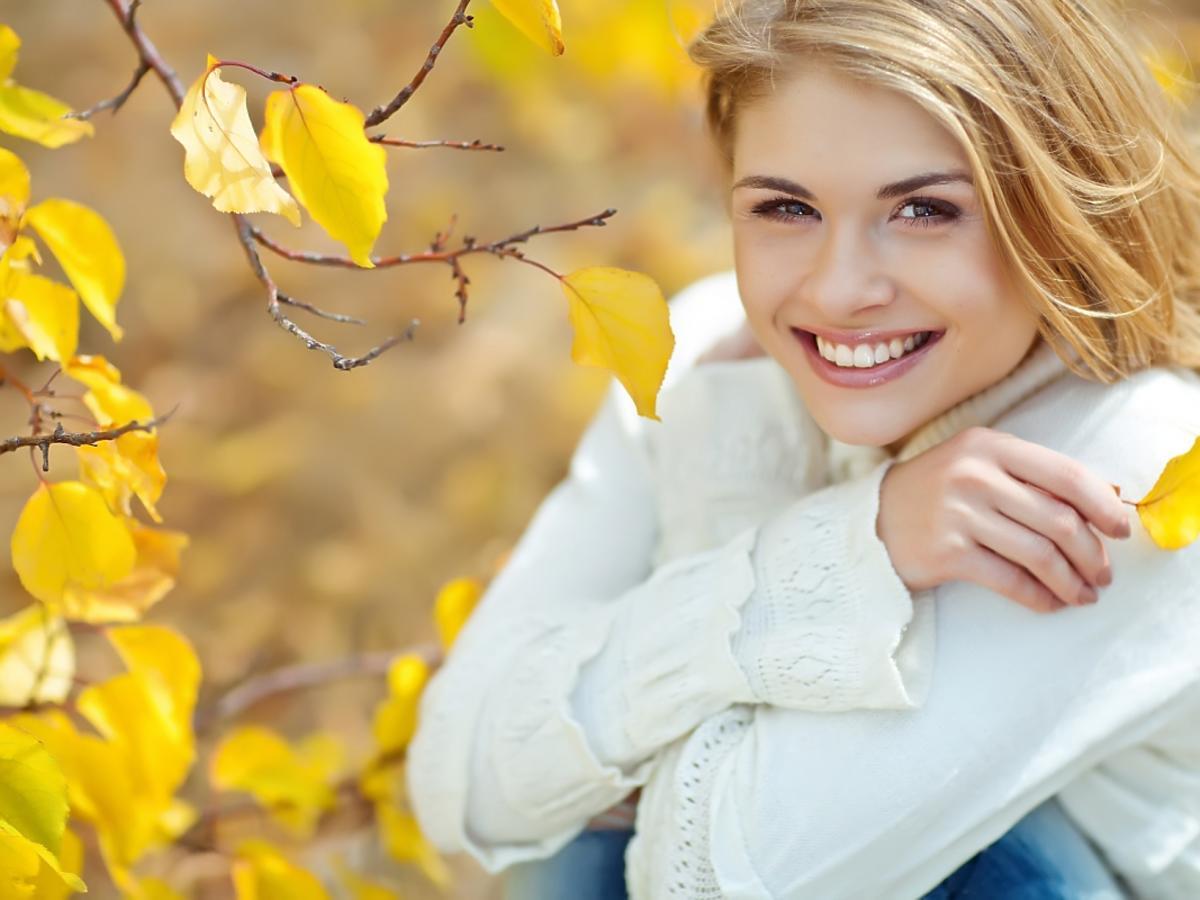 kobieta wśród jesiennych liści