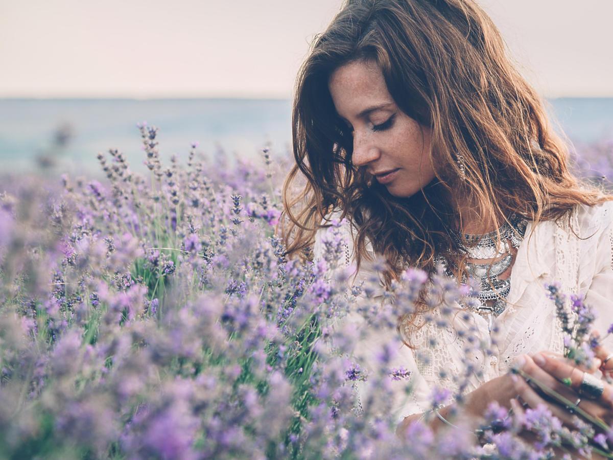 kobieta wśród lawendowego pola