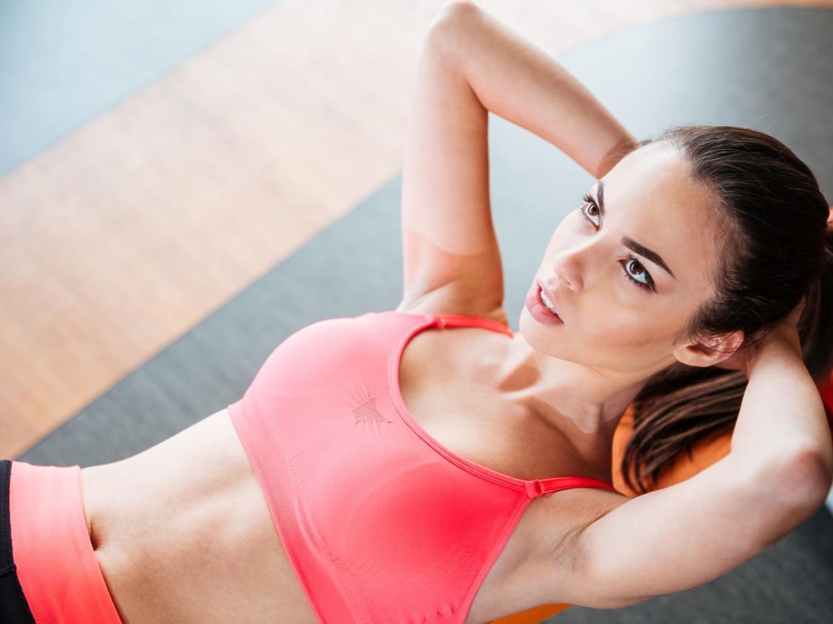 Kobieta wykonuje ćwiczenia na brzuch