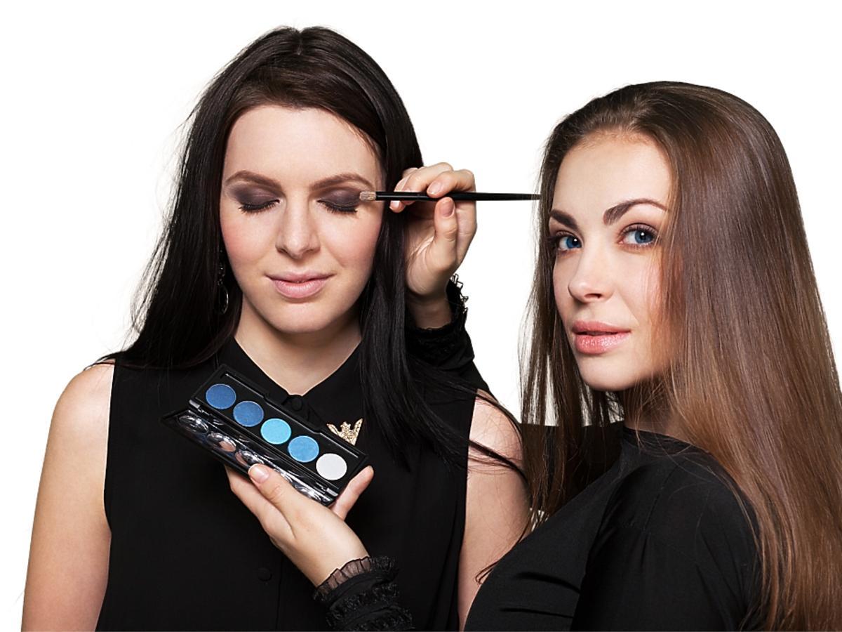 Kobieta wykonuje makijaż oczu
