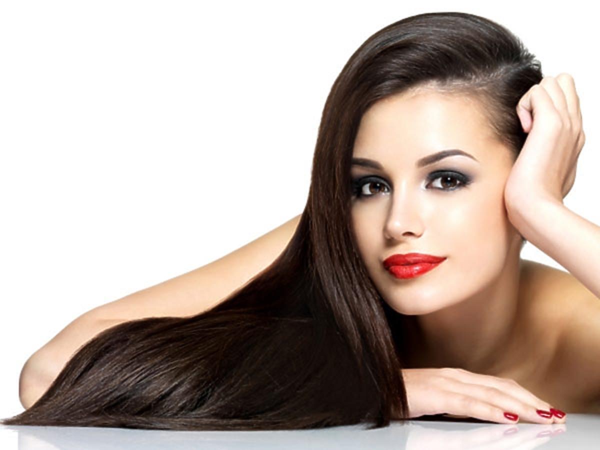 Kobieta z błyszczącymi włosami
