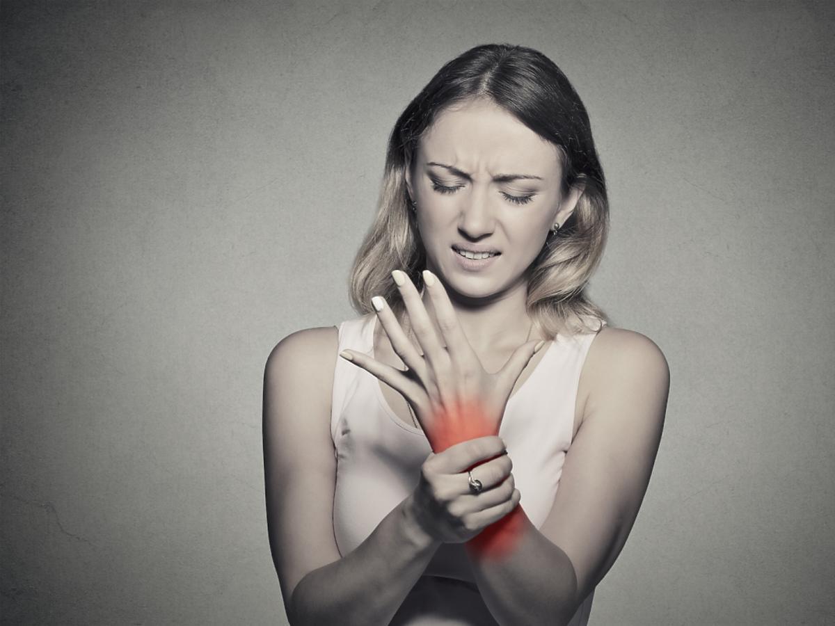 Kobieta z bóle ręki