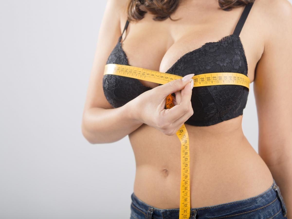 kobieta z centymetrem mierząca obwód biustu
