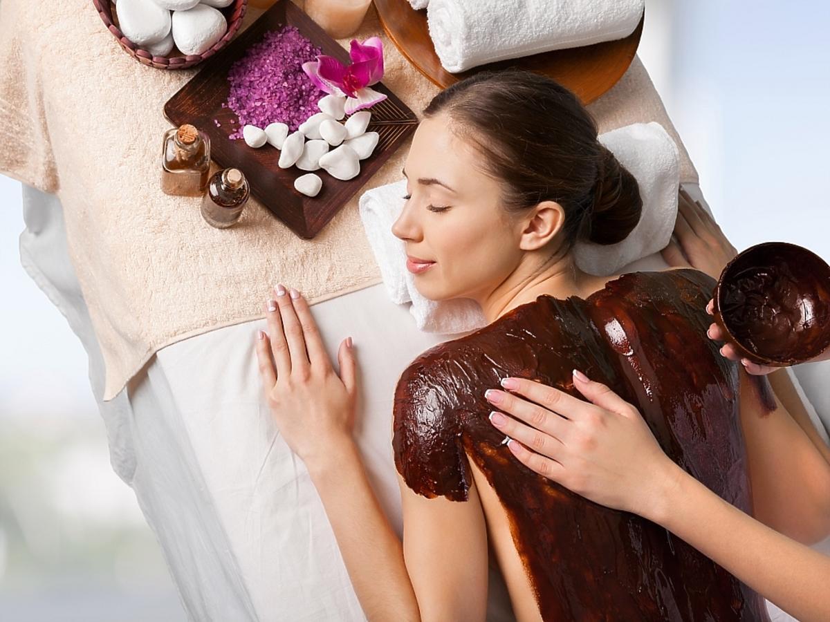 Kobieta z czekoladą na plecach