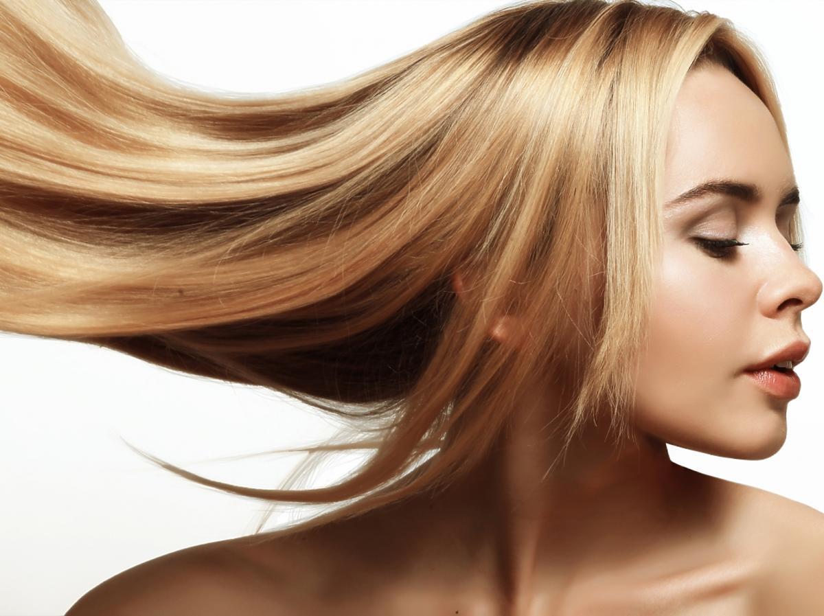 kobieta z długimi, blond włosami