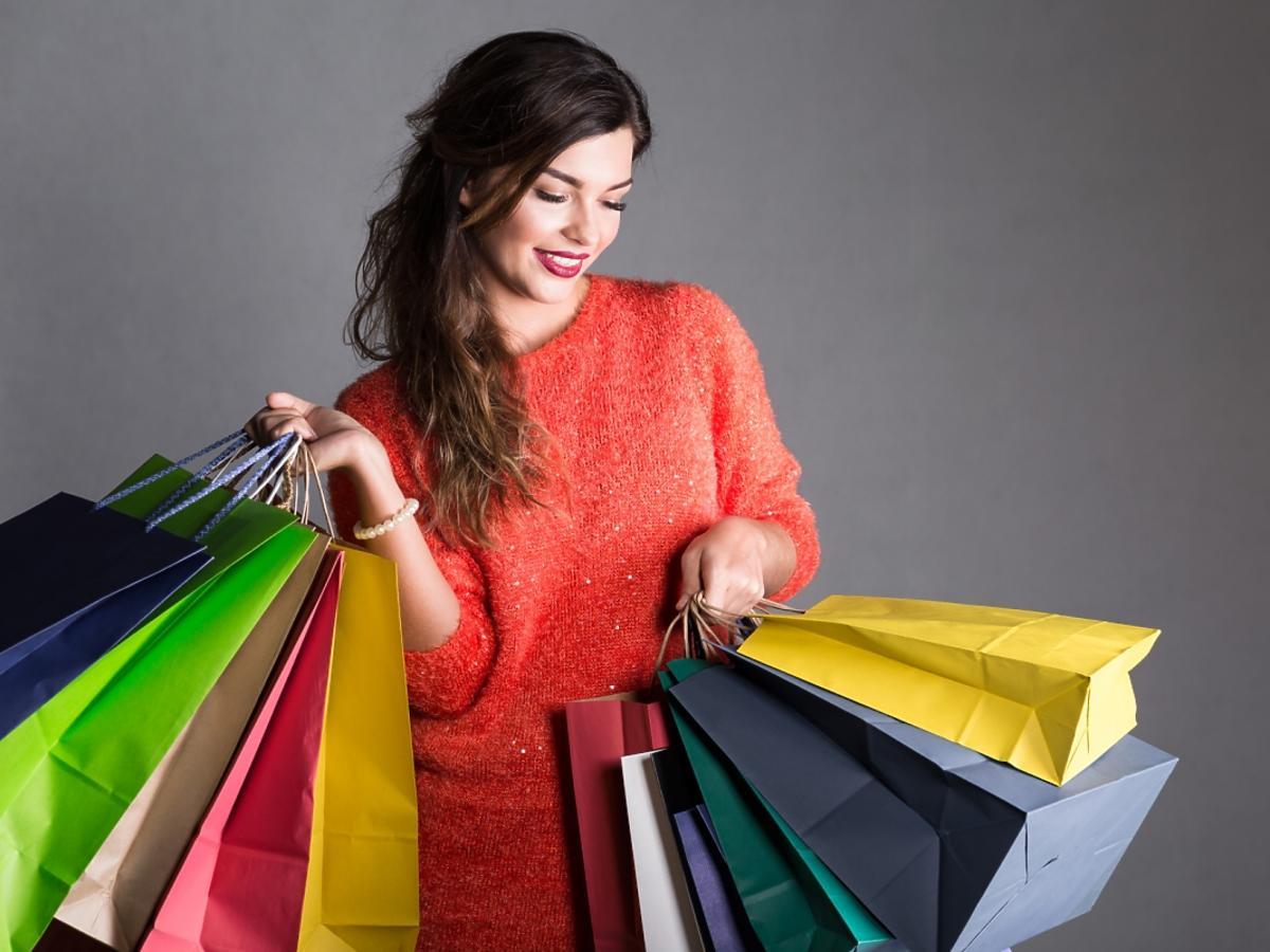 Kobieta z dużą ilością zakupów