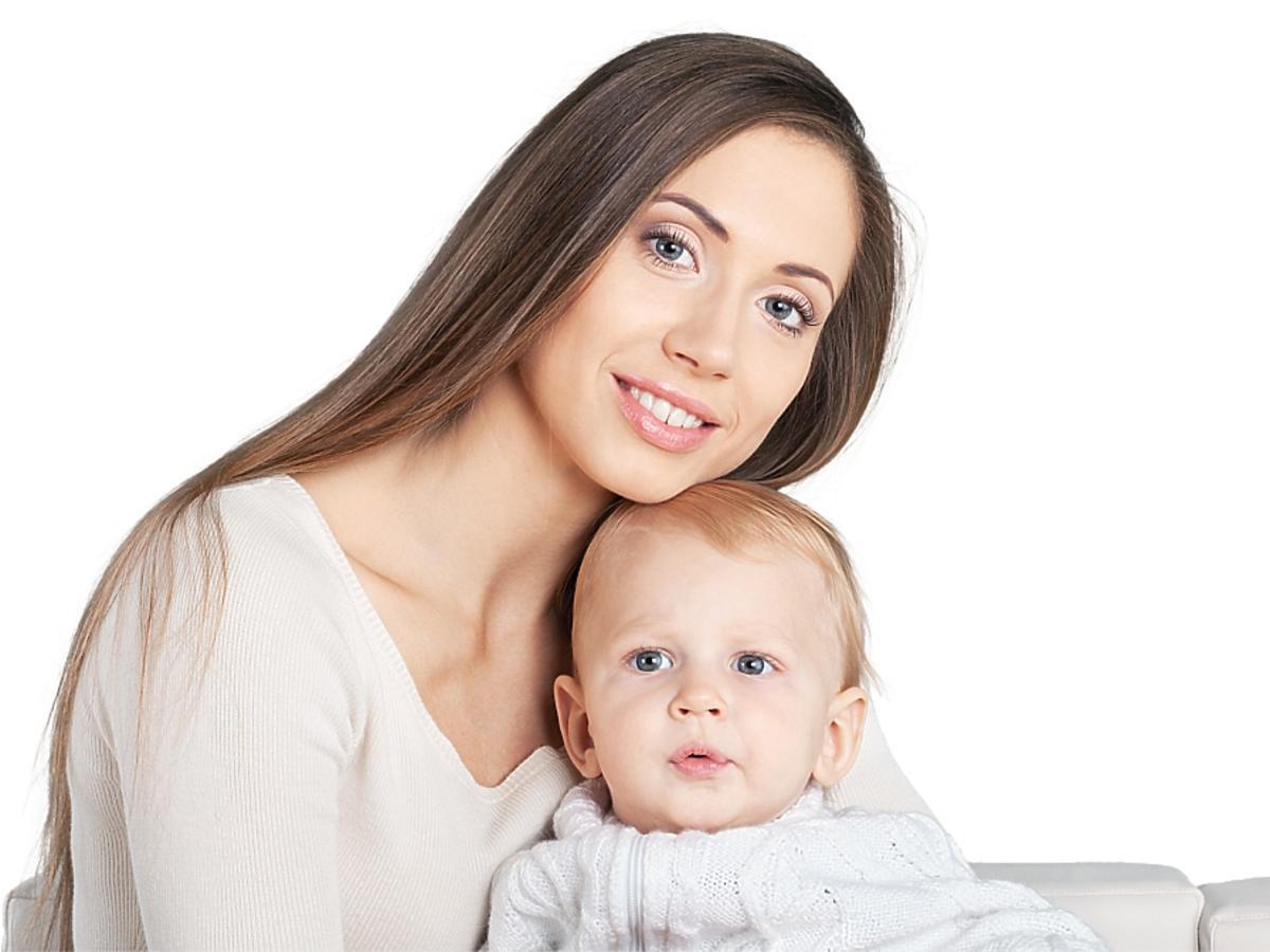 Kobieta z dzieckiem na kolanach.