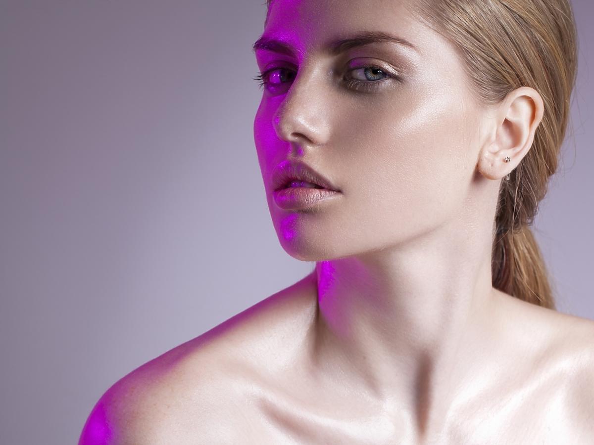 Kobieta z efektem glass skin na twarzy.