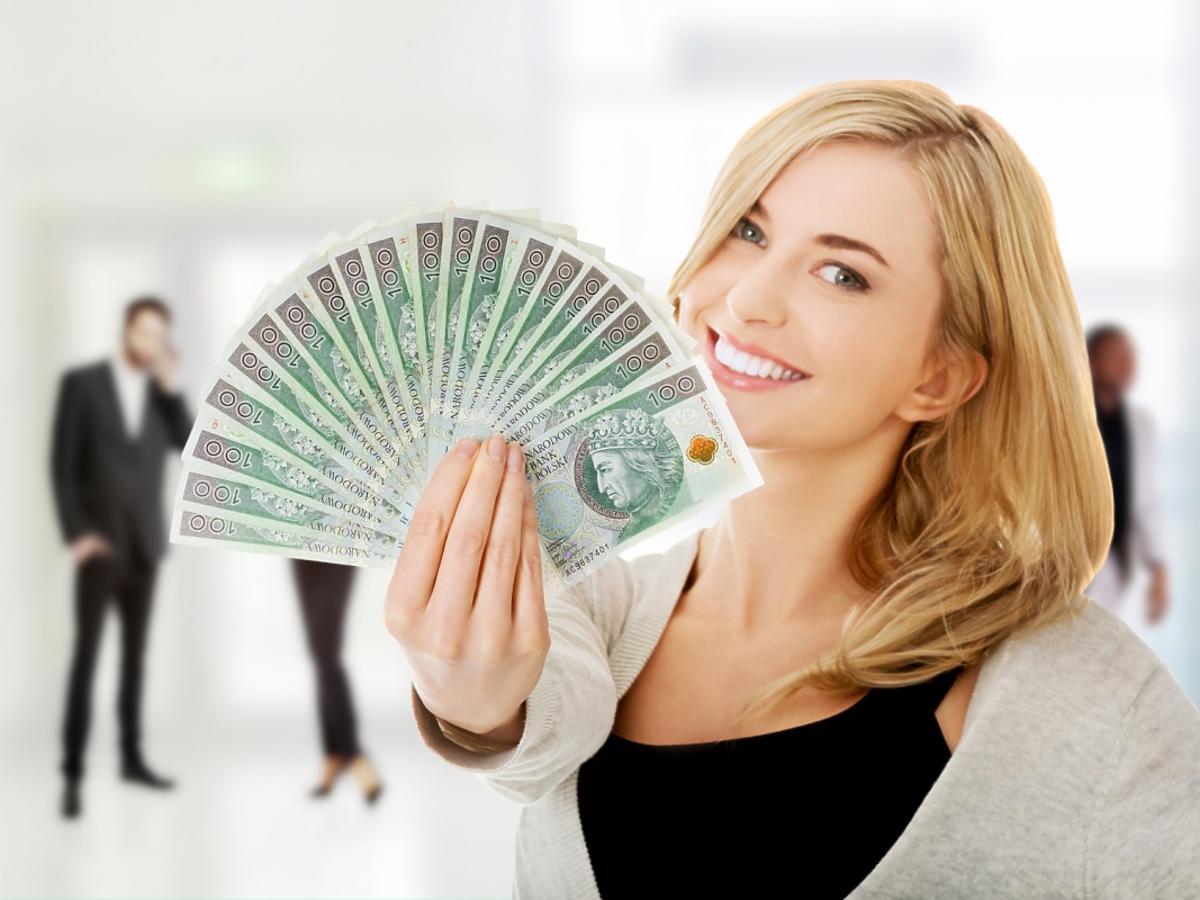 kobieta z gotówką w ręku