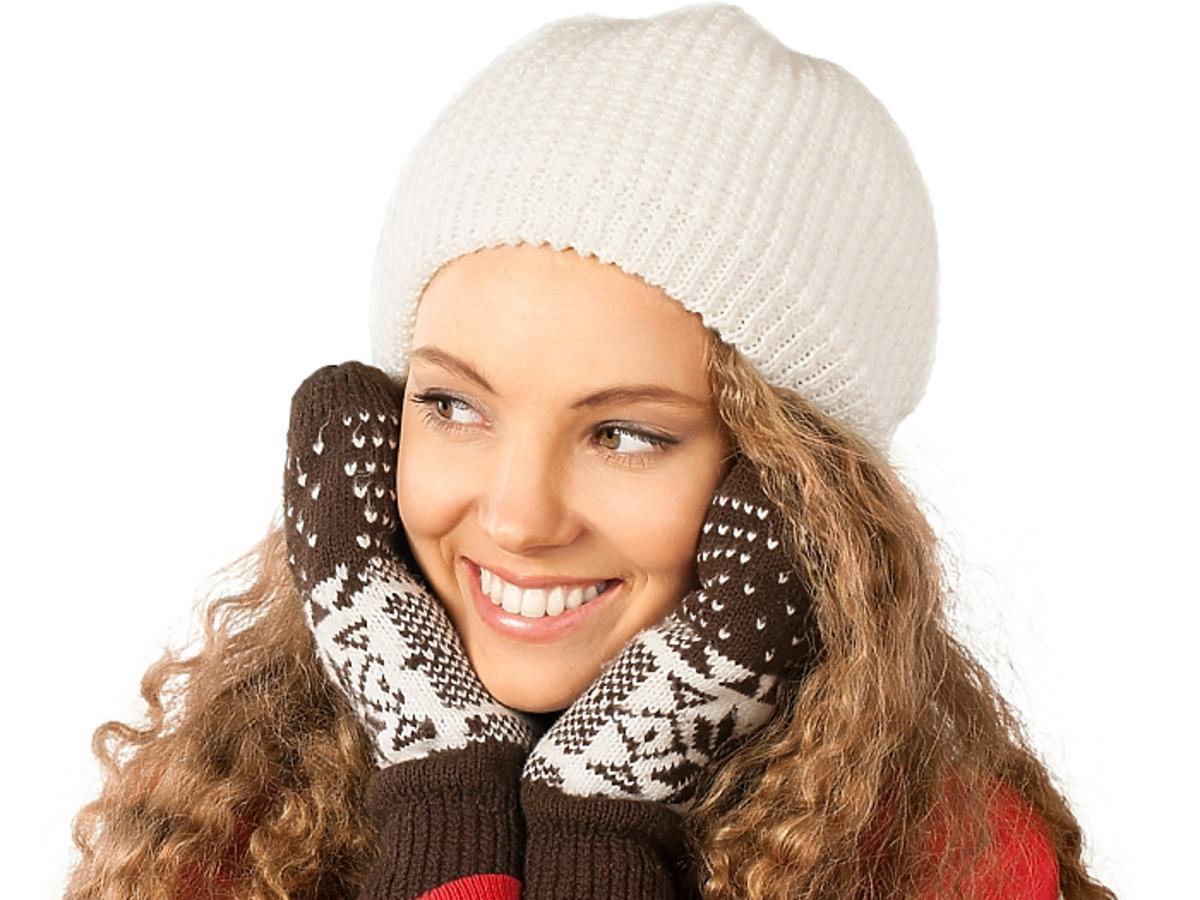 Kobieta z kręconymi włosami w czapce