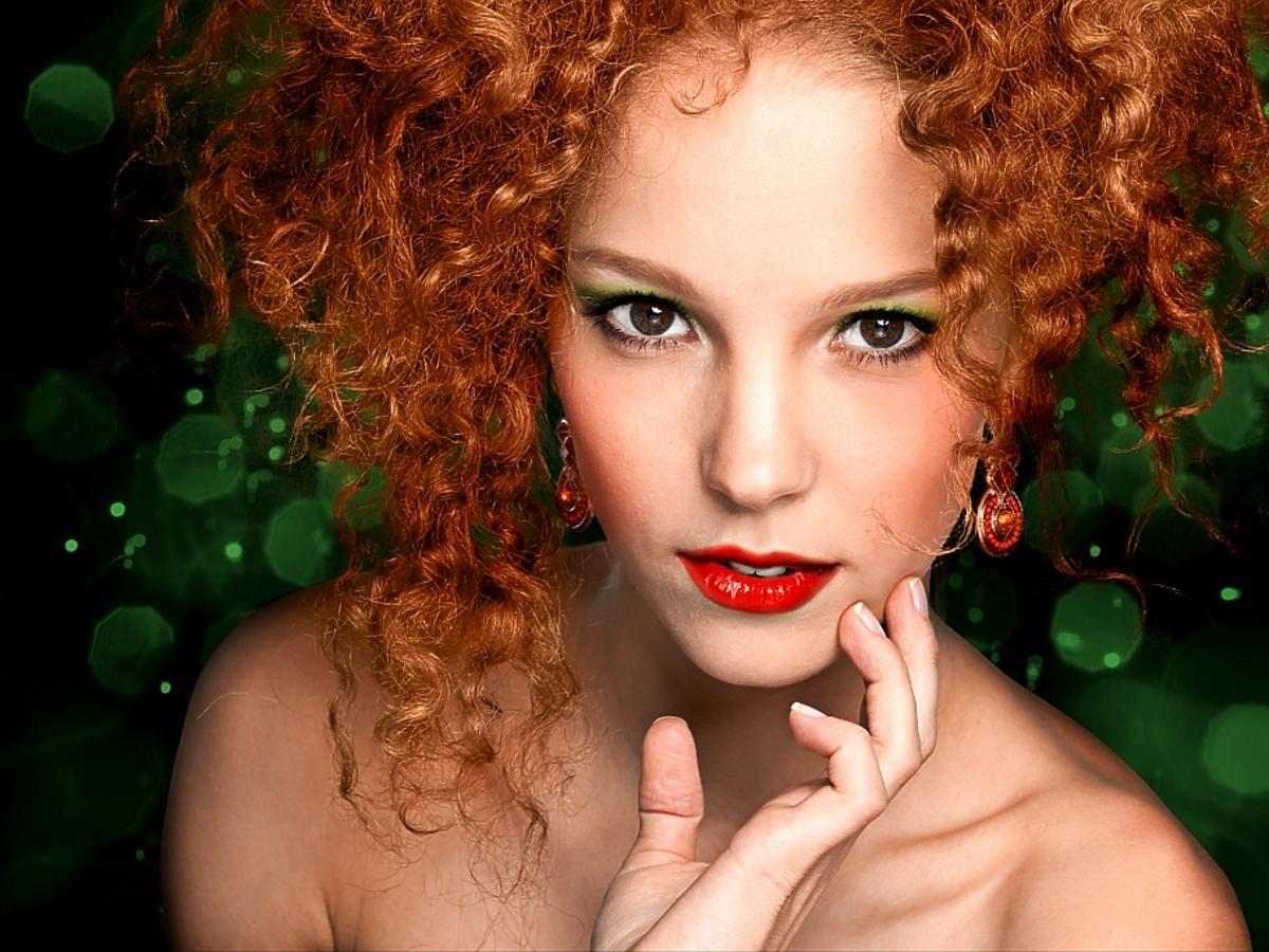 Kobieta z krótkimi, kręconymi, rudymi włosami