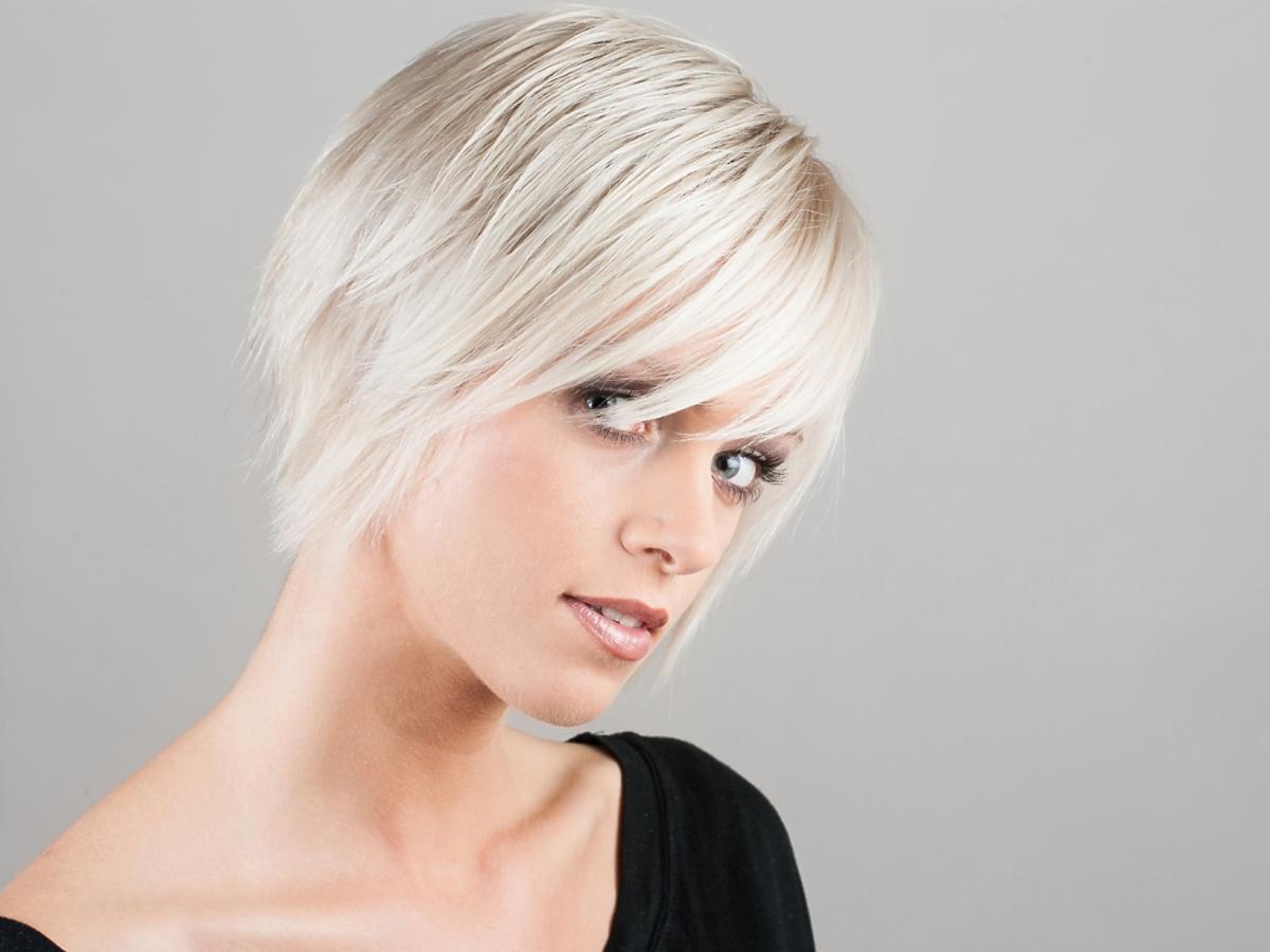 Kobieta z krótkimi włosami