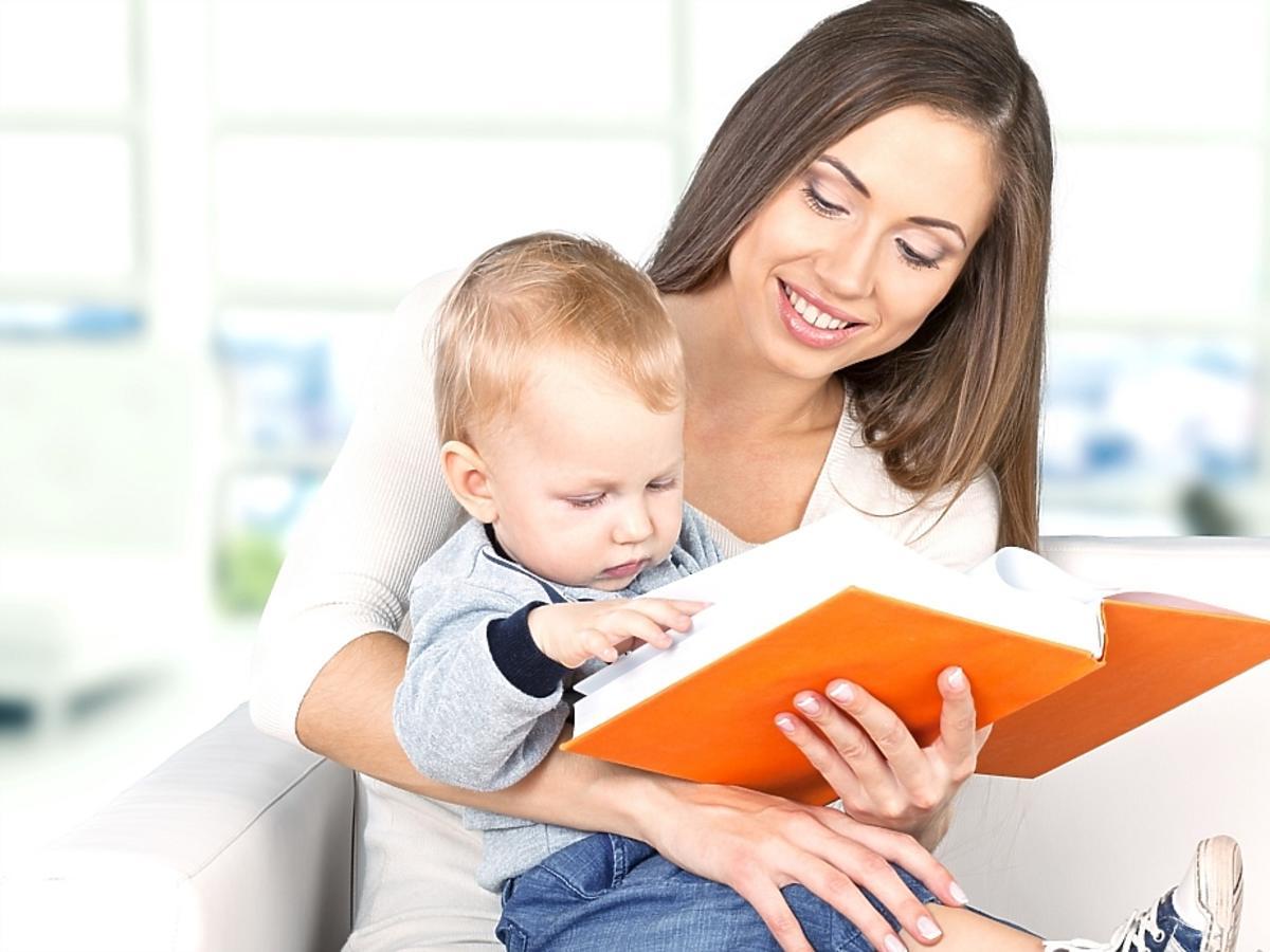 kobieta z książką i dzieckiem